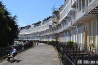 Die eine Hälfte des Royal Crescent. Die beiden oberen Reihen überblicken Stadt & Hafen.