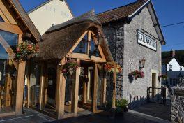 Der Eingang zum Railway Inn, der Gaststätte von Thatchers Cidery.