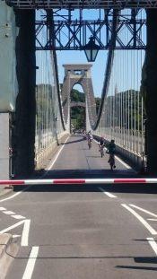 Auf der Suspensionbrücke selber geht es nach einer Mautzahlung nur sehr eng und stets immer nur in eine Richtung weiter.