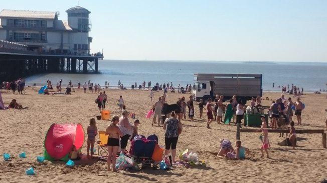 Englische Strandattraktionen, Maulesen- in England statt Kamelreiten wie im Orient.