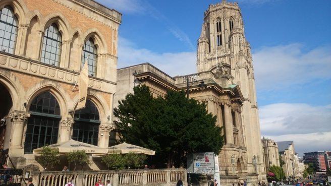 Das Browns mit dem Museum of Modern Art und dem Turm der Bristol University.